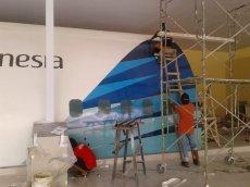 Proses pemasangan stiker eksterior mockup pesawat boeing 777 asrama haji sudiang