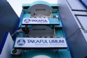 proses pemasangan Neonbox Takaful Keluarga Makassar ukuran 4 x 1 Meter di Jl. Ratulangi
