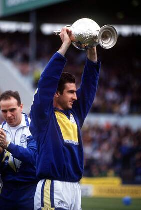 Manchester united great eric cantona has discussed his infamous departure from leeds united, his dutch influence and sir alex ferguson's. Eric Cantona Leeds Mit Dem Meisterpokal Publicationxinxgerxsuixautxhunxusaxonly