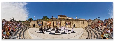 Toma panorámica do enorme taboleiro de xadrez vivente de Ribadavia. Unha festa medieval celebrada nesta localidade de Galicia