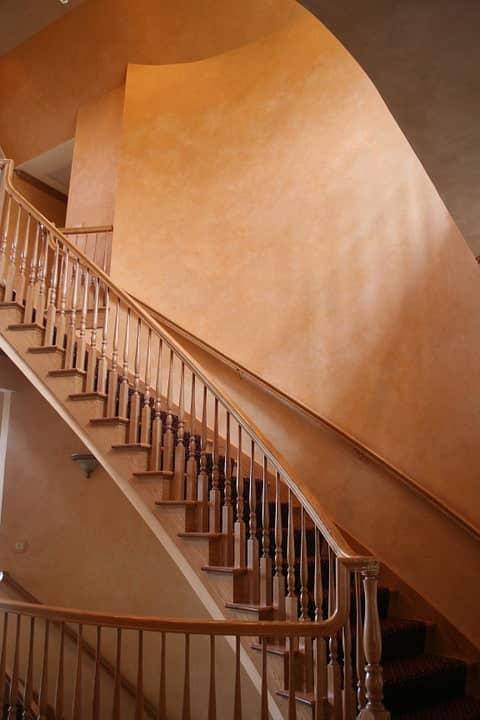 Una volta dipinto le pareti e i soffitti, con notevole soddisfazione per il risultato, potrebbe sembrare giunta l'ora di appendere i rulli. Pitturare Scale Interne