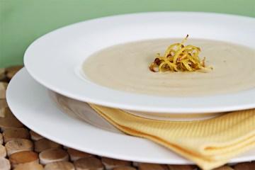 Celeriac汤用酥脆柠檬zest