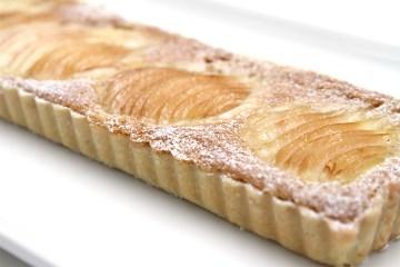 梨馅饼用榛子素馨和cardamom chantilly