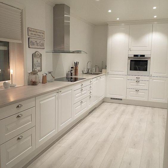reforma de cocina, con suelos claros y pintura en paredes para venta o alquiler de viviendas