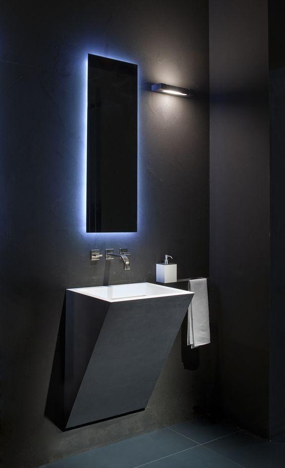 Luz en espejo para baño oscuro