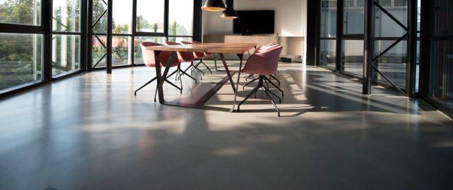 Meetingraum offen mit Tisch und Stuhl