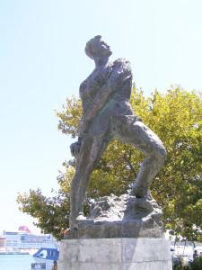 Ο Δωδεκανήσιος υπολοχαγός Αλέξανδρος Διάκος είναι ο πρώτος Ελληνας Αξιωματικός που έπεσε μαχόμενος στο ελληνοαλβανικό μέτωπο. Γεννήθηκε στη Χάλκη και μεγάλωσε στη Ρόδο. Η καταγωγή του ήταν από τη Μάνη. Σκοτώθηκε στο ύψωμα Τσούκα στην Πίνδο την 1η Νοέμβρη 1940. Το άγαλμα της φωτογραφίας, αφιερωμένο στη μνήμη του Αλέξανδρου Διάκου, βρίσκεται στο Μανδράκι της Ρόδου.