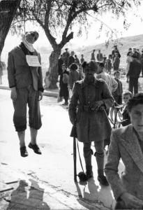 Φωτογραφία από την πλατεία με τους Πέντε Κομμουνιστές κρεμασμένους και έναν γερμανοτσολιά φρουρό. Πρωινό της 5.4.1944