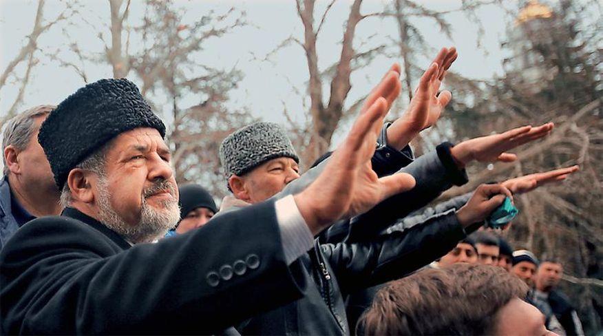 Image result for Τέλος και μια φωτογραφία που δημοσιεύτηκε στην εφημερίδα «ΕΘΝΟΣ» στις 27/2/2014. Στην φωτογραφία φιγουράρει ο Ρεφάτ Τσουμπάροφ, ο λεγόμενος ηγέτης των Τατάρων της Ουκρανίας, ο οποίος χαιρετά ναζιστικά σε διαδήλωση των φασιστών της Ουκρανίας. –