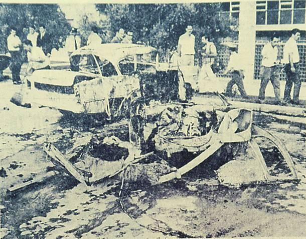 Το διαλυμένο από την έκρηξη αυτοκίνητο των Τσικουρή- Αντζελόνι στον περίβολο της Αμερικανικής πρεσβείας.