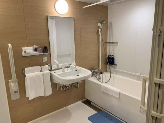 【ロイヤルツインホテル京都八条口】スマート・ユニバーサルルーム(140cm幅のダブルベッド1台・18平米)バスルーム