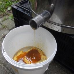 Na 15min opwarmen begint de was te stromen (vergeet geen laagje water in de ton te doen)