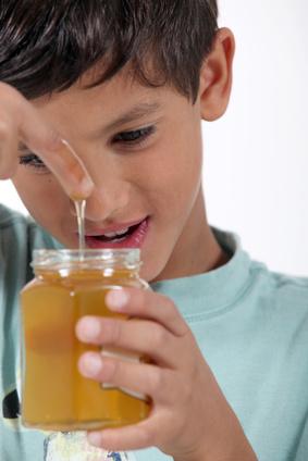 Ist Honig für Kleinkinder gefährlich? Wirkt er gegen Husten? Honig Kleinkinder.