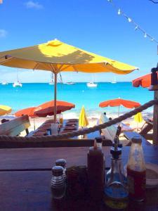 Qui sommes nous ? Voyages de livraison Imm'Horizon Finances à Saint Martin restaurant sur une plage paradisiaque