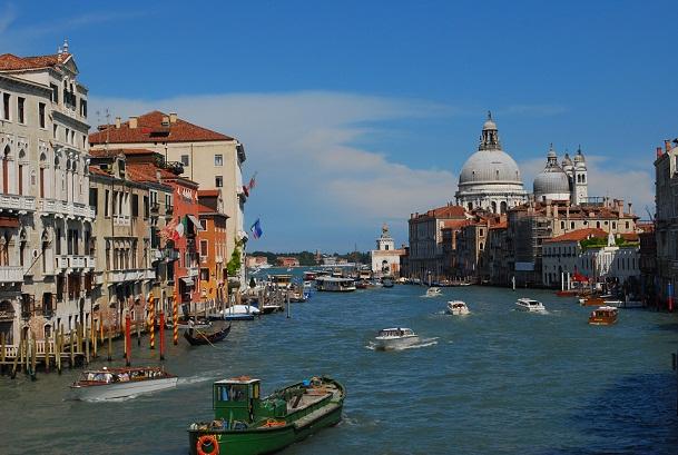 تجربة سياحية فريدة في فينيسيا أرض السحر والجمال Grand-Canal-Venice