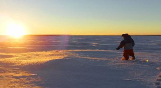 Bébé sur lac gelé au Canada