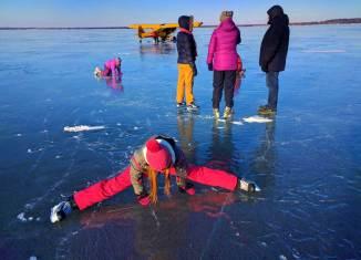 Patin à glace sur lac gelé