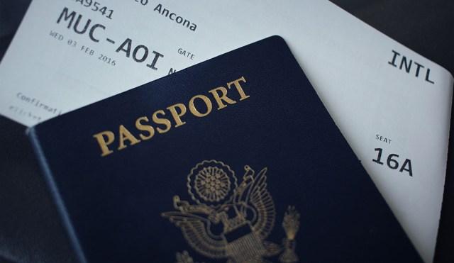 La couverture d'un passeport américain ainsi qu'un billet d'avion.