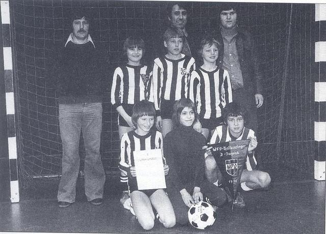 O pequeno Klinsmann (segundo em pé da esquerda para a direita).