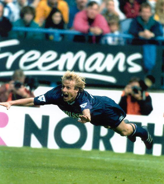 """Klinsmann e a famosa comemoração de """"mergulhador"""" pelo Tottenham."""