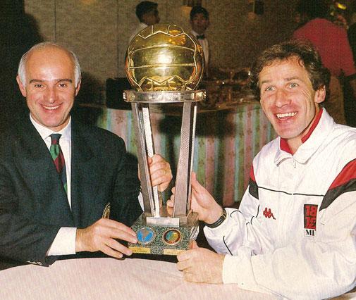 Sacchi e Baresi posam com a taça do Mundial de 1989.