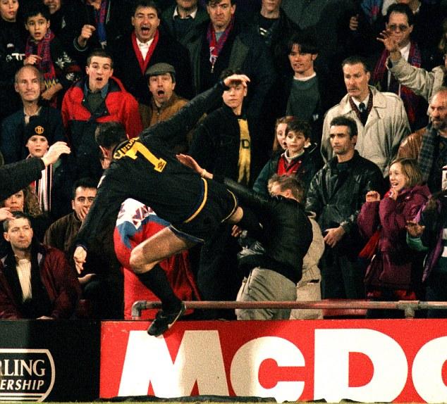 O famoso chute de kung fu no torcedor do Crystal Palace: o auge das confusões.