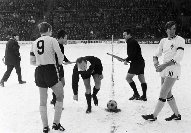 Em 1970, o Borussia encarou o xará de Dortmund debaixo de neve e venceu por 4 a 2. Duro foi achar a moedinha antes do início do jogo...