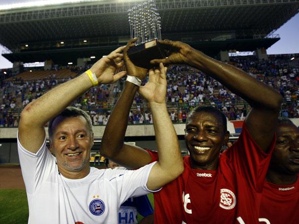 Bobô (à esq.) ergue novamente a taça em amistoso que celebrou os 20 anos da conquista. Ao lado dele, Casemiro, que também jogou aquela histórica final.