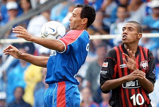 Adãozinho domina a bola sob os olhares de um ainda jovem Kléberson.