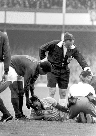 Eusébio (à esq.) consola um combalido Pelé.