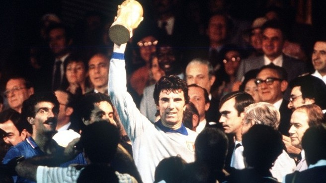 Zoff com a Taça FIFA: no topo do mundo.
