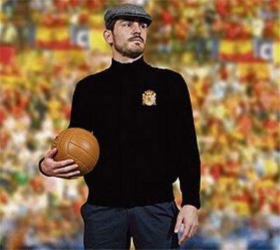 Iker Casillas, outro já mítico goleiro espanhol, vestido como o lendário Zamora.