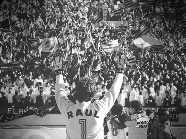 O goleiro Raul acena para a torcida: Flamengo campeão mundial.