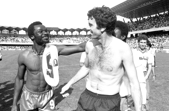 O camaronês Roger Milla (à esq.) cumprimenta Dino Zoff na Copa de 1982: duas lendas veteranas.