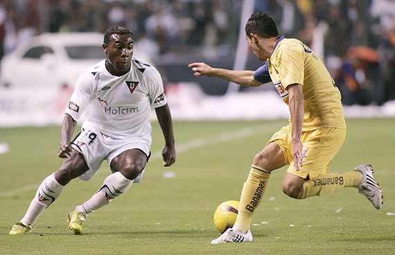 Guerrón (à esq.): talento pelo lado direito do ataque da LDU em 2008.