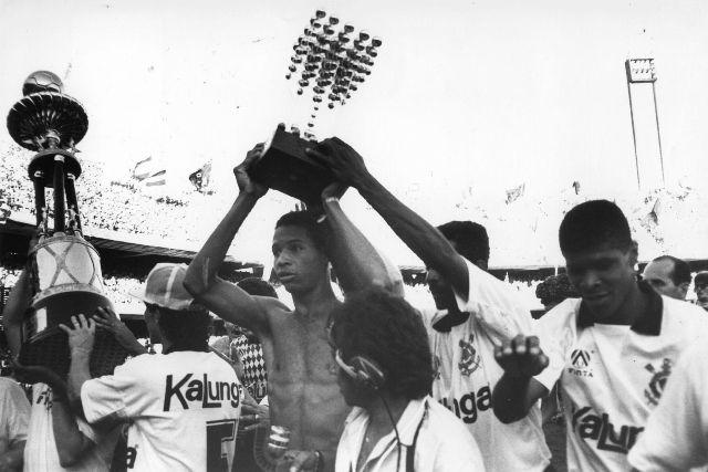 Um magricela Dinei com a taça do Brasileiro de 1990.