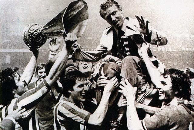 Trapattoni é erguido pelos jogadores da Juventus após o título da Copa da UEFA de 1977.