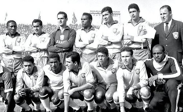 O Brasil de 1962. Em pé: Djalma Santos, Zito, Gilmar, Zózimo, Nilton Santos e Mauro Ramos. Agachados: Garrincha, Didi, Vavá, Amarildo e Zagallo.