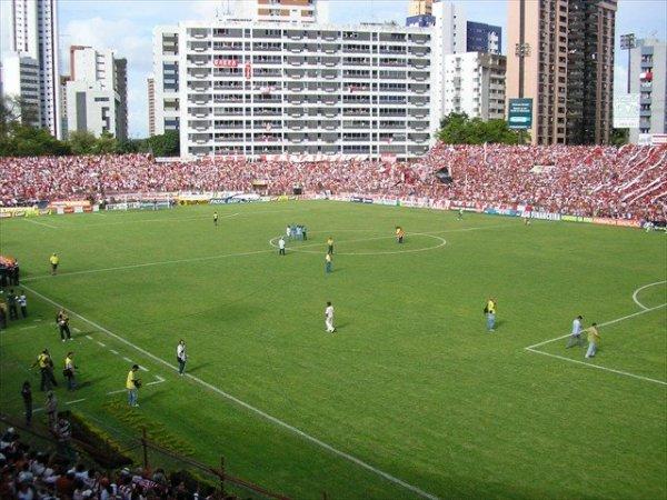 """O estádio dos Aflitos: hostil, lotado e feito para """"matar"""" o Grêmio naquele 26 de novembro."""