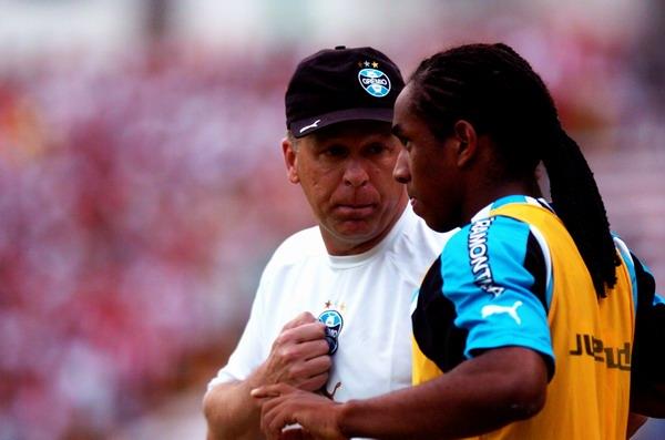 Mano Menezes conversa com Anderson (à dir.): o jovem, ao lado do goleiro Galatto, iria mudar a história do jogo. E do Grêmio.