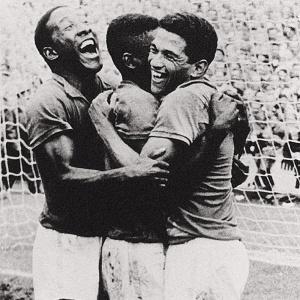 Em uma das fotos mais clássicas do futebol brasileiro, Djalma Santos vibra junto com Pelé e Garrincha um dos cinco gols da final contra a Suécia.
