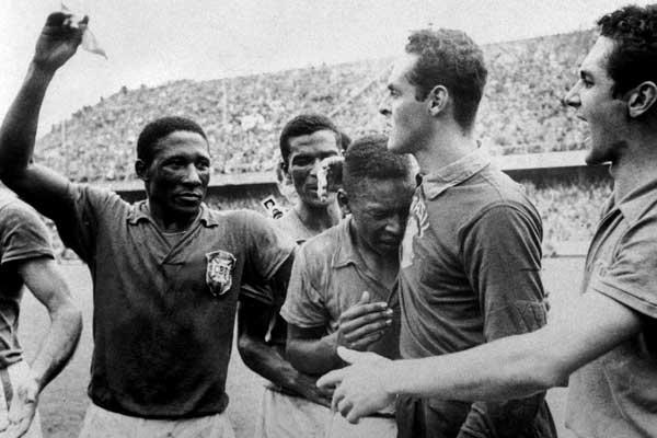 À esquerda, após a conquista do primeiro título mundial da seleção.