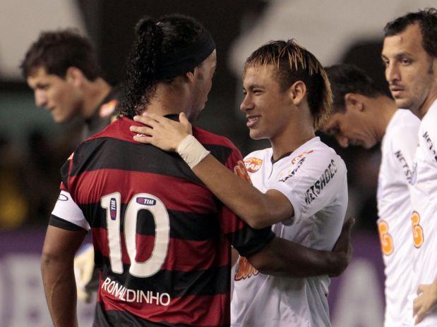 Ronaldinho e Neymar: estrelas de seus times estavam guardando altas doses de arte para aquela noite de 27 de julho de 2011...