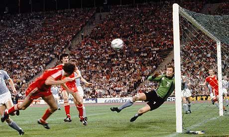 Trevor Francis marca o gol do título europeu de 1979...