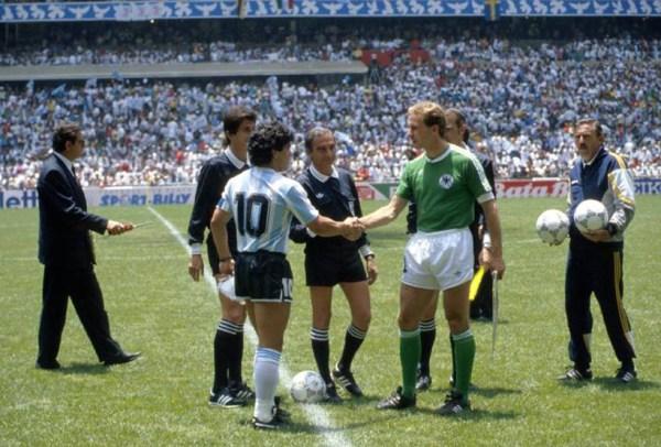 Lendas em campo: Maradona e Rummenigge.