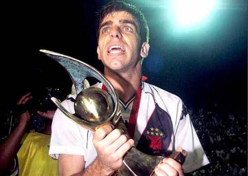 Juninho Pernambucano e a taça da Copa Mercosul de 2000.