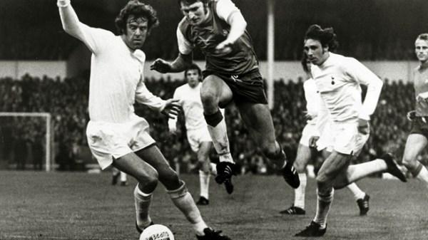 Theo de Jong passa pelos marcadores ingleses: força do Feyenoord pesou na final e a taça ficou na Holanda.