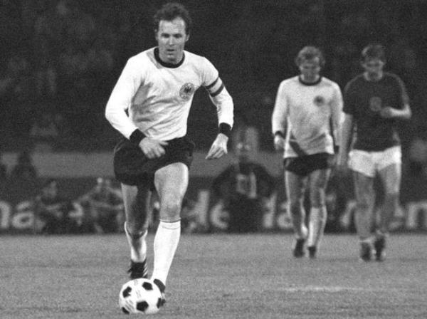 O capitão alemão Beckenbauer bem que tentou, mas não conseguiu brilhar contra os tchecos na final.
