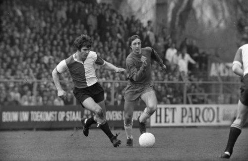 Van Hanegem persegue Cruyff em um dos muitos embates entre a dupla nos anos 70.
