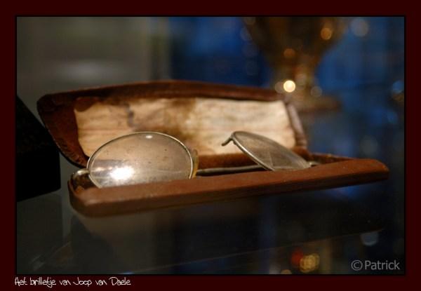 Óculos do defensor seguem imortalizados no museu do Feyenoord até hoje.